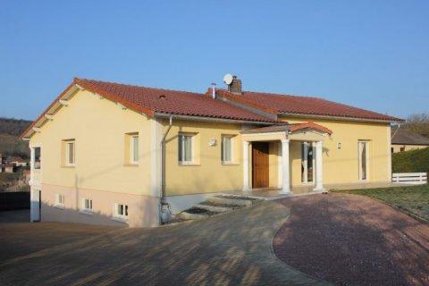 Maison traditionnelle avec magnifique vue à vendre à Lugny - 173.00 m² - 345 000 €